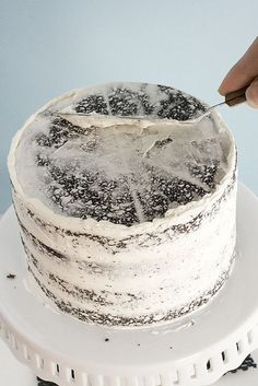 How to Frost a Cake Beautifully