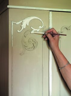 ~ great tutorial on how to use chalk paint...when to wax and not to wax, distressing, etc