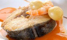 Receta de Merluza con brocheta de uva y langostino. Receta de lomos de merluza a la plancha con brochetas de uvas y langostinos. Acompañaremos la merluza y las brochetas con un puré de calabaza. #receta #merluza #brocheta #uvas