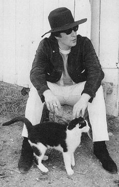 john and cat Celebrities And Their Cat, Celebrities Pets, Cat + Famous People, Famous Cat, John Lennon, Cat Lady, Almost Famous, White Cat