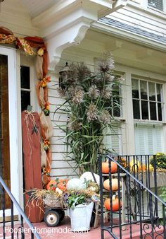 Decorate your patio for fall with this festive outdoor decor inspiration!
