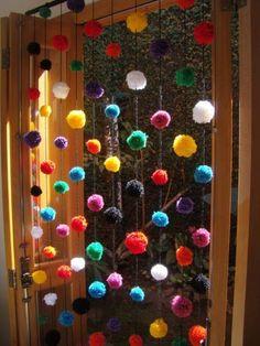 Cortina de pompom, com 10 fios com 10 pompons em cada fio R$ 150,00 I would so do this for my door, have way too much yarn laying around