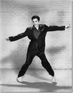 Elvis Presley Jailhouse Rock Publicity Photo (1957) #rock #legend #elvis #presley #king #dance #suit #sneakers #mode #homme
