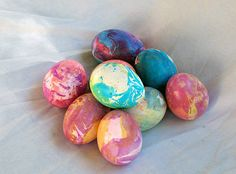 Marbled Eggs by Amanda Formaro: Easy fun for kids with cooking oil and food coloring. #Eggs #Easter_Eggs #Marbled_Eggs #Amanda_Formaro