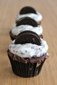 chocolate-oreo-cupcakes-with-cookies