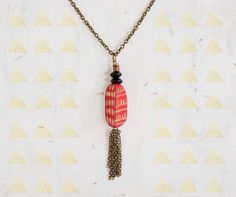 Handpainted red wooden pendant necklace por JillMakes en Etsy, $25.00