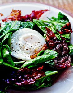 spinach salad with crispy prosciutto, poached eggs & caramelized onions