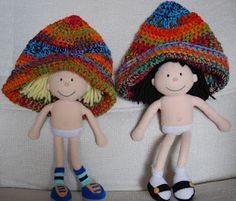 Dos gorros de ganchillo multicolores