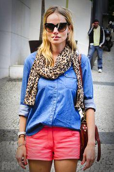 Camisa jeans, short colorido e lenço de onça. Não precisa mais NADA!