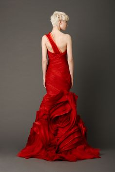 #LadyInRed #VeraWang #Scarlet #mermaidgown with tiered, micro–bias bodice and inverted #flangeskirt with abstract floral shoulder #corsagedetail