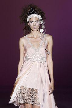 Love it! Vestido corto en color rosa empolvado de la colección 2013 de Isabel Zapardiez  #weddingguest #vestidodefiesta #vestidosinvitadas #tendenciasdebodas