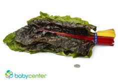 37 Semanas. Tu bebé tiene el largo aproximado de un manojo de acelgas y pesa ahora más de 6 libras (unos 3 kilos) y mide entre 19 y 20 pulgadas (48 y 51 centímetros), desde la cabeza hasta los talones. #desarrollofetal #embarazo