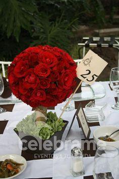 Topiario de rosas rojas, centro de mesa para boda / Red roses topiary, wedding centerpiece. www.celebrame.com.mx