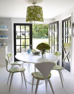 """""""As cadeiras foram forradas com o mesmo tecido da luminária, trazendo o verde para o interior da casa."""" (comentário de Rosana Silva - www.simplesdecoracao.com.br)"""