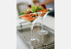 Aquela saladinha, servida para abrir o apetite, pode ser colocada em uma taça  Rogério Voltan / Casa e Comida