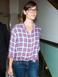 Jennifer Garner jet-setted in spexy style! Gotta love her chunky square geek chic specs in classic black!