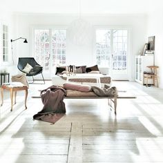 brightly lit / living room