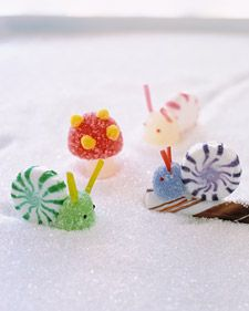 Candy snails! How cute (and easy!) are those? holiday, kids christmas crafts, food, candies, christmas candy, snail, gingerbread houses, treat, parti