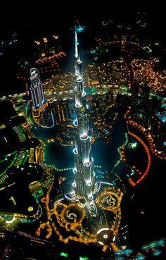 Fotografía del Burj Khalifa iluminado en plena noche