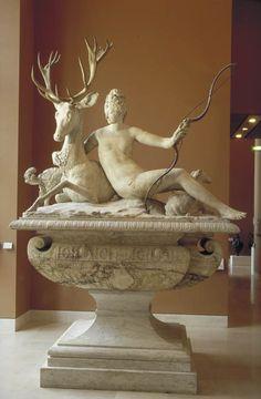 Fontaine de Diane Milieu du XVIe siècle Marbre H. : 2,11 m. ; L. : 2,58 m. ; Pr. : 1,34 m. Partie supérieure de la fontaine de la cour du château d'Anet (Eure-et-Loir), demeure de Diane de Poitiers, favorite d'Henri II. La sculpture a été successivement attribuée de façon erronée à Benvenuto Cellini, Jean Goujon et Germain Pilon. Mais il est difficile de juger de l'oeuvre qui a été largement complétée par le sculpteur Pierre-Nicolas Beauvallet en 1799-1800.