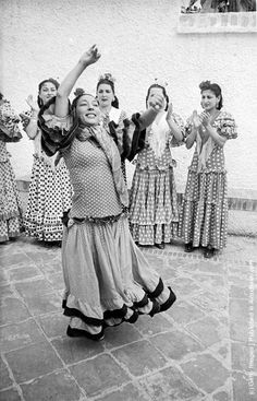 Andalusian gypsies in traditional dress dancing the flamenco. (Photo by Haywood Magee/Picture Post/Getty Images). 29th June 1946. courtyard