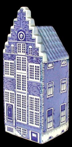 Delft blue figural minibottle: old Dutch canal house