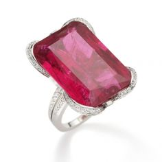 Bague Delphine en or gris, diamants et rubellite  Diamants blancs, Rubellite  Diamants blancs: 193 bts / 2,01 cts / GVVS1, Rubellite taille émeraude: 48,79cts