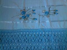 toalha de macrame e flores de fita