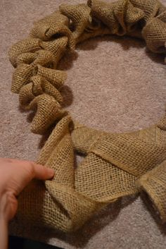 easy diy burlap wreath. Even I think I can do this!