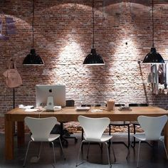 Rå vägg + vita stolar = fint