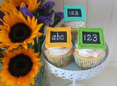How to make a chalkboard cupcake topper • CakeJournal.com