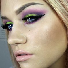 Urban Decay Electric palette. Look by Batalash Beauty #makeup #eyeshadow #batalash To see how to create this look visit www.pampadour.com