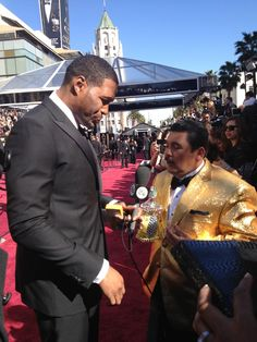 Michael Strahan with Guillermo on the red carpet! #Oscars #OscarRedCarpet #KellyandMichael