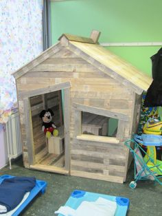 Child hut in a school playhous, idea, pallet projects, kid projects, recycled wood, dog houses, cat houses, kids, wood pallets