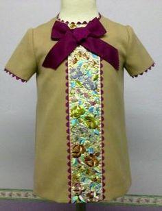 Vestido para bebe en sargá camel adornado con un centro de vestido todo bordado, acompañado de piquillo y lazo de color buganvilla. Ropa de bebe de MiBebesito totalmente personalizable. Ideal para regalos, nacimientos, cumpleaños...