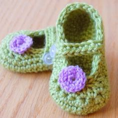 Crochet these adorable little shoes in about an hour with this cute pattern