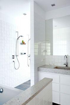 Inspirador remate de murete con el mismo material que la encimera del baño.