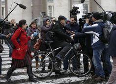 """El arzobispo de Lyon, Francia, Card. Philippe Barbarin, llegó en bicicleta a las reuniones que desde el lunes tienen los cardenales de cara al próximo Cónclave. La sencillez de un gran hombre de Iglesia. La """"novedad"""" no pasó desapercibida para los periodistas que esperan fuera del Vaticano para cazar declaraciones.    La indumentaria de cardenal la traía en la mochila. Al reunirse con sus compañeros cardenales se la puso."""