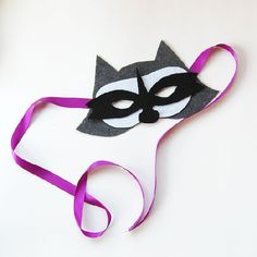 Make your own felt raccoon mask, free pdf pattern included.