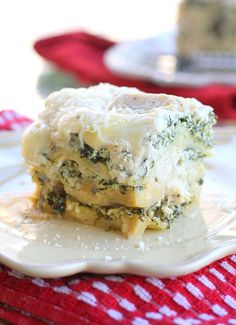 Slow cooker creamy chicken and spinach lasagna.Delicious Italian lasagna with spinach,diced chicken and Alfredo pasta sauce.Yummy!!!