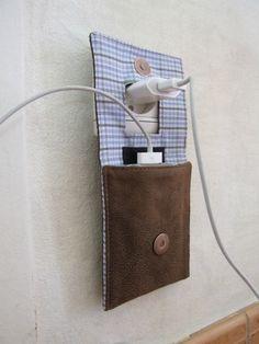 L'astuce de cette pochette c'est de permettre à la fois de transporter son chargeur de téléphone, mais aussi de le ranger pendant qu'il se recharge, lui évitant ainsi de traîner par terre...!