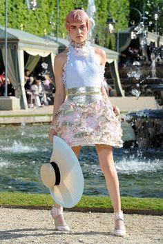 Las nuevas pink lady' s se tiñen el pelo de rosa o aportan el toque más roquero a sus looks con mechas californianas tintadas de flúor. Pastelitos cupcakes, rosas a punto de florecer, flamencos, pompas de chicle o el último desfile de Chanel,  así nos inspira la última rompedora tendencia en cabello. ¿Te atreves?