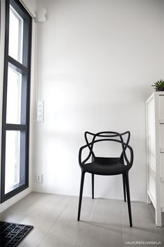 Via Valkoinen Harmaja | Kartell Master Chair | Black and White
