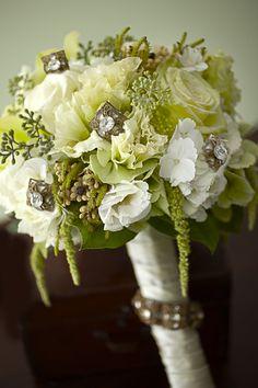 ¿Qué les parece este hermoso ramo de novia en tonos verdes y blanco, con pedrería?