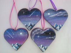Estos corazones medir aproximadamente 2 ¼ pulgadas (5,5 cm) de alto y cada uno tiene un gancho y lazo de cinta de color púrpura o color cereza están pintadas con pinturas metálicas amatista y magenta en la parte posterior. Ellos serán enviados con una caja de regalo hecho a mano Violet Skies