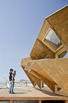 Endesa Solar Pavilion    Le Endesa Pavillion est une installation basée sur l'énergie solaire. Pensé par l'IAAC avec l'aide de Endesa, ce pavillon est actuellement installé au Port Olympique de Barcelone pour la Smart City BCN Congress. Découvrez plus d'images ainsi qu'une vidéo de ce beau projet dans la suite de l'article.