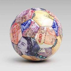 Balón de fútbol con estampado de billetes