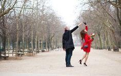 Feliz pareja de baile en el jardín de Luxemburgo de París Foto de archivo