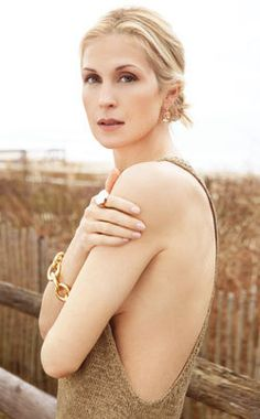Kelly Rutherford in gold, chunky link Sutras bracelet by DVF for H. Stern