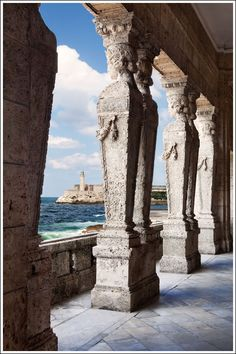 El Castillo del Morro desde un edificio del Malecon, La Habana, Cuba